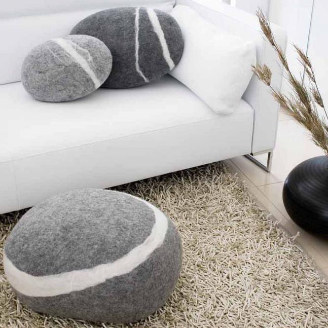 Filzkissen Stein aus Wolle dunkelgrau, groß